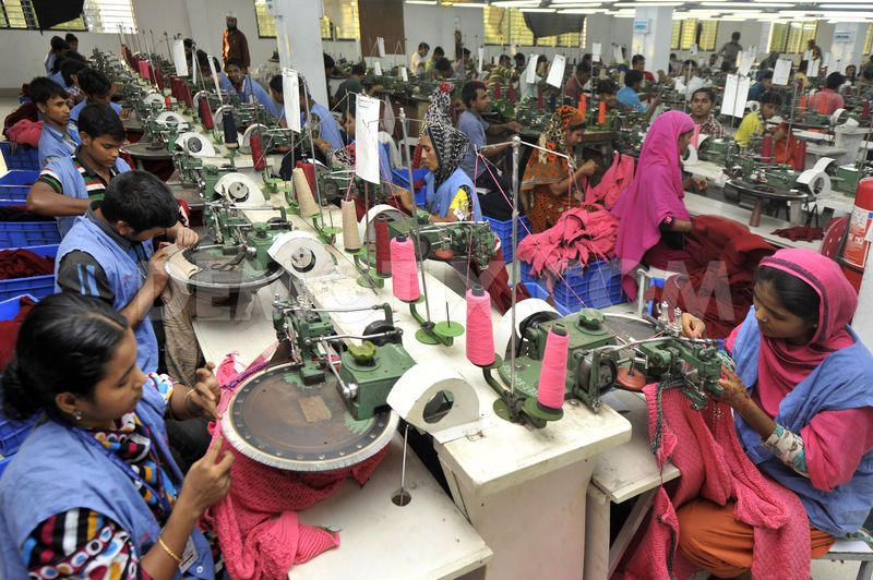 1384496002-bangladesh-garment-workers-at-a-dhaka-factory_3233397